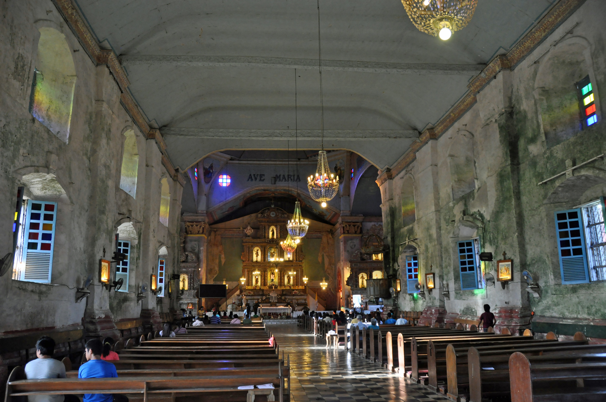 ホーリーサーズデイには教会で特別な儀礼も。明け方まで礼拝が行われる