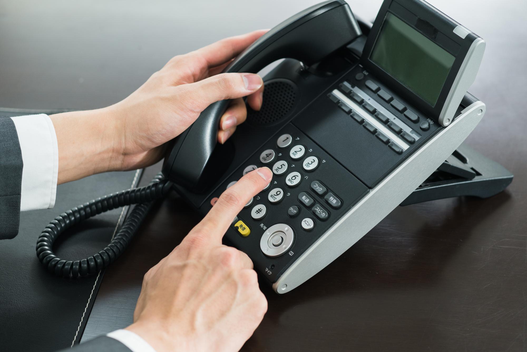 電話の挨拶は「Hello」から。名前と社名を告げて担当者に代わってもらおう
